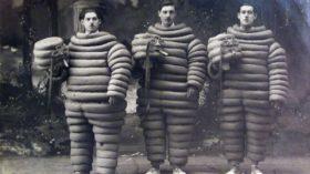 Une reproduction d'une carte postale de 1920, sur laquelle trois ouvriers de l'usine Michelin posent en costume de Bibendum. / © Éric Cabanis/AFP
